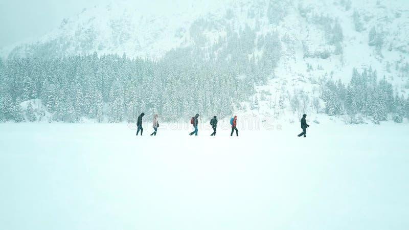 Unrecognizable ludzie wycieczkuje w śniegu zdjęcie stock