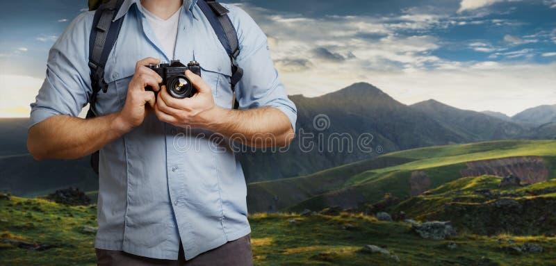 Unrecognizable mężczyzna podróżnika Blogger mężczyzna Z plecaka I filmu kamerą Blisko gór Wycieczkować turystyki podróży pojęcie zdjęcie stock