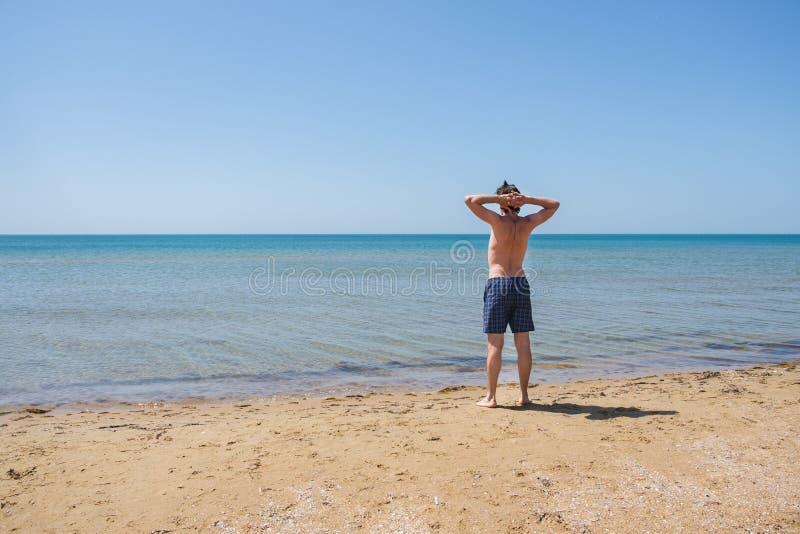 Unrecognizable młody człowiek patrzeje morze zdjęcie royalty free