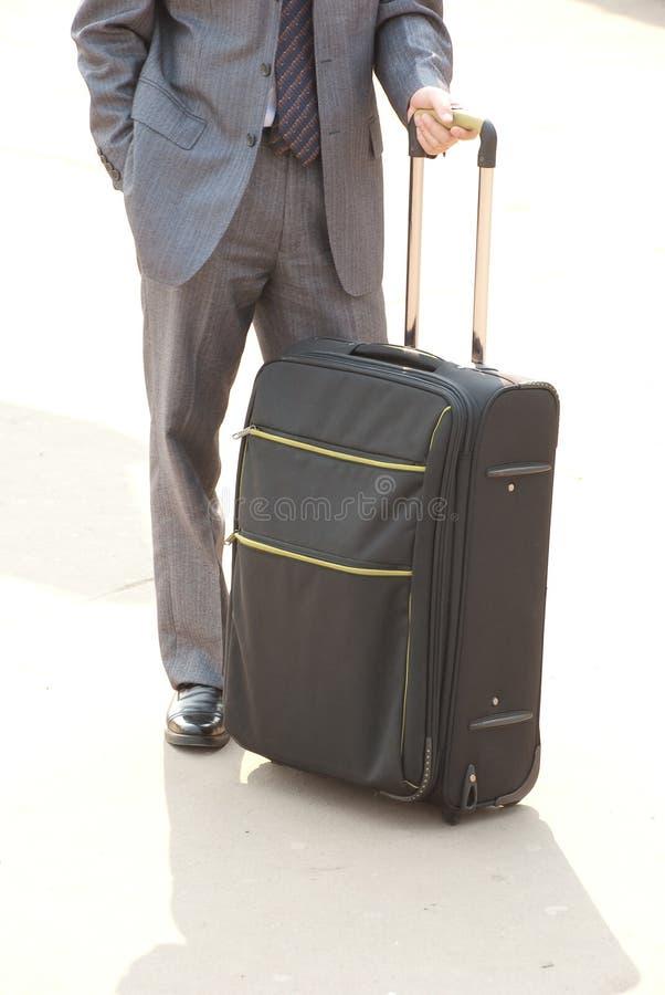 Unrecognizable Mann mit Koffer. lizenzfreie stockbilder