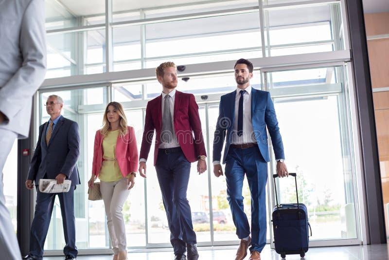 Unrecognizable Mann steht und hält Koffer an stockfoto