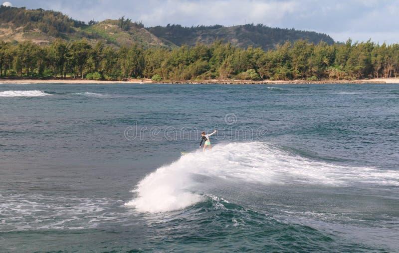unrecognizable osoba surfing na morzu obrazy stock