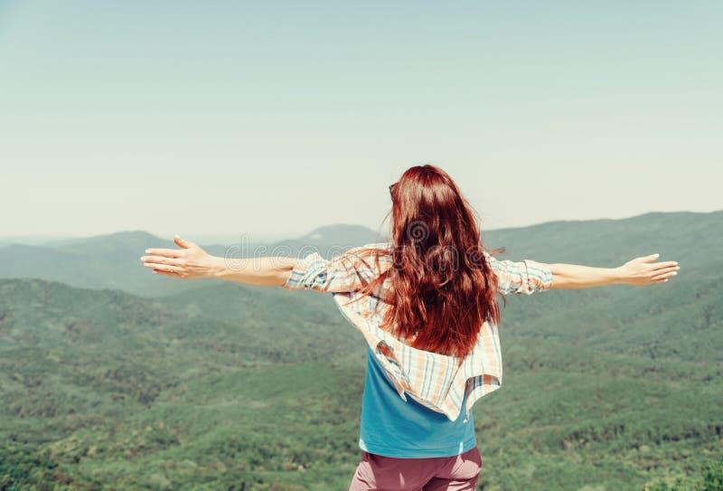 Unrecognizable szczęśliwa kobieta w lato górach obrazy stock