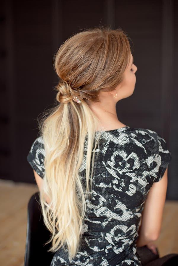 Unrecognizable tylni widok kobiety fryzura Długość tylny widok kobieta z szczupłą talią, długie włosy i obrazy stock