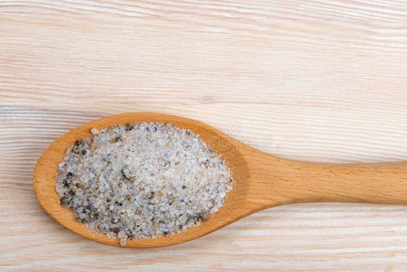 Unrefined естественное соль моря в ложке стоковые изображения