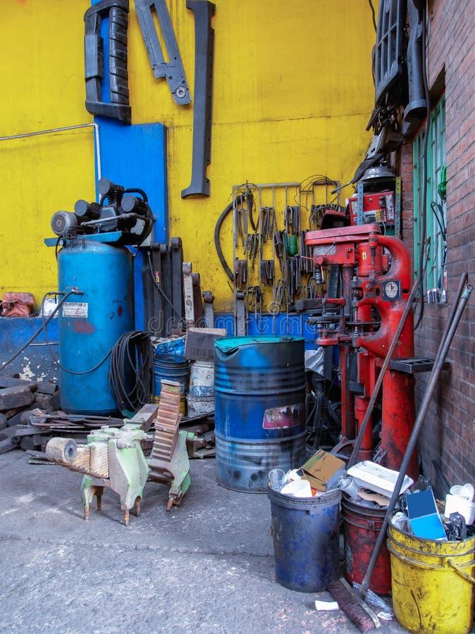Unreine und unordentliche Ecke innerhalb einer Autoreparaturwerkstatt lizenzfreies stockbild