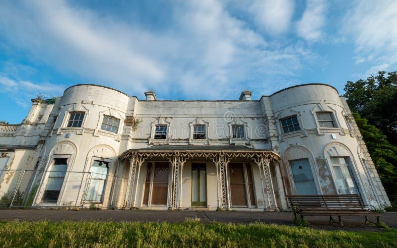 Unrenovated byggnad på Gunnersbury parkerar och museet på det Gunnersbury godset, London UK som ägas en gång av den Rothschild fa royaltyfri bild