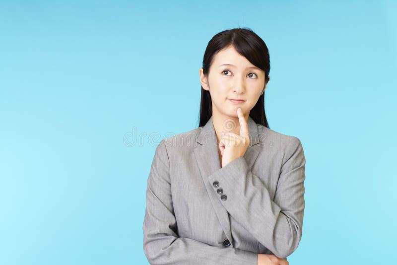 Unruhige asiatische Geschäftsfrau lizenzfreie stockbilder