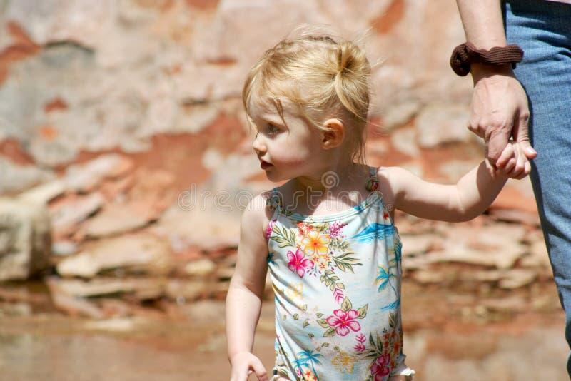 Uns anos de idade dois prendem as mãos com mamã imagens de stock royalty free