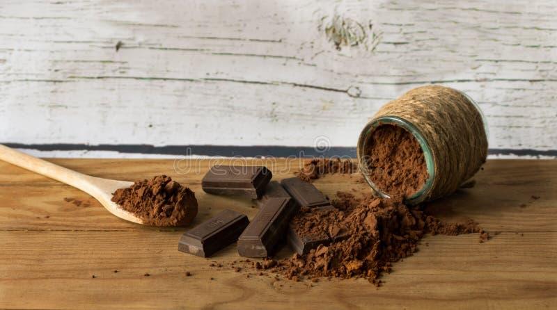 Uns av choklad och rent kakaopulver royaltyfri fotografi