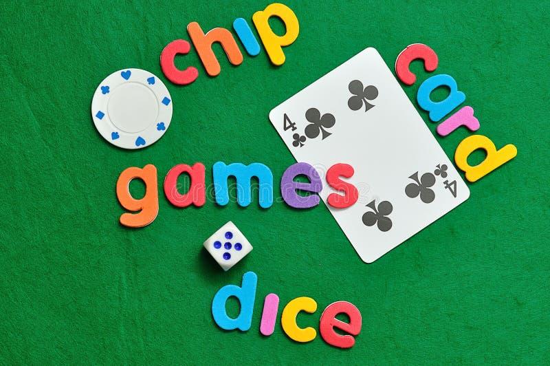 Uns dados, uma microplaqueta de pôquer e um cartão com palavras fotografia de stock royalty free