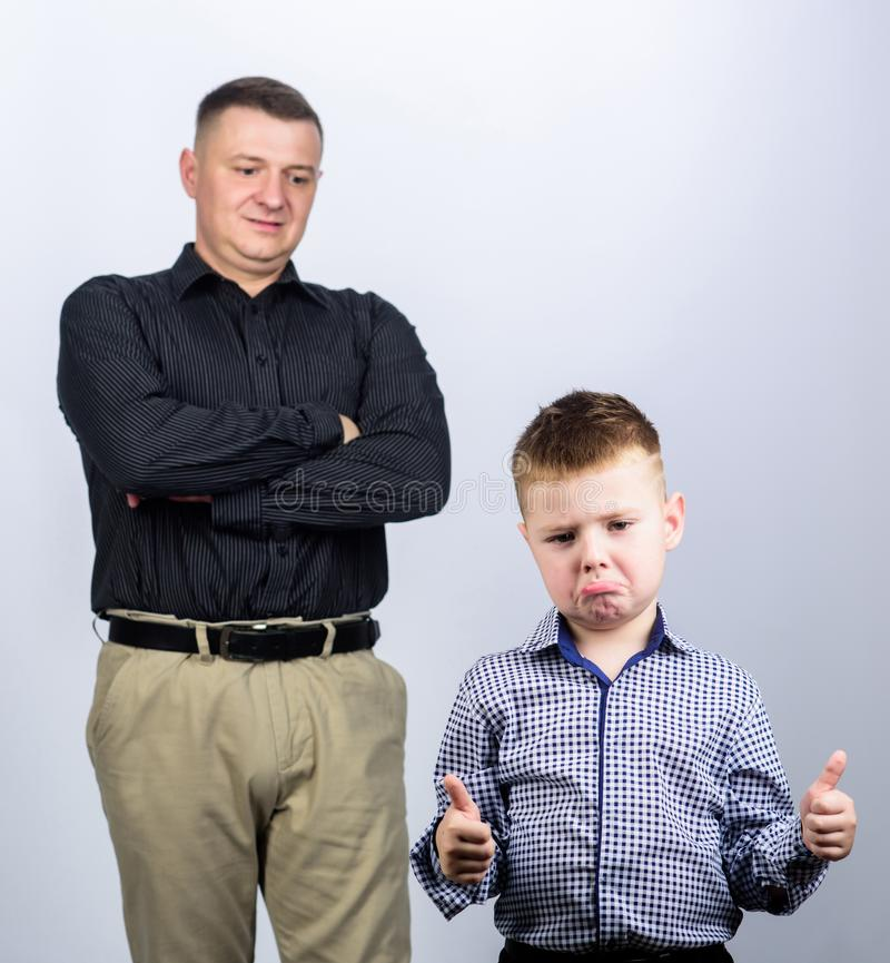 Unsatisfied met gedaane het werk Kinderjaren vertrouwen en waarden Dit is dossier van EPS10-formaat vader en zoon in pak Manier g royalty-vrije stock foto's