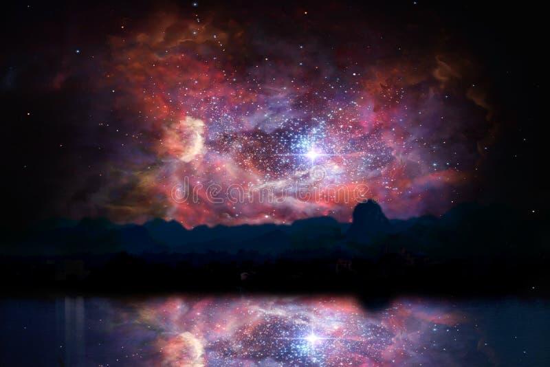 Unschärfe alter stardust Nebelfleck zurück auf Nachtwolken-Sonnenunterganghimmelreflexion auf Fluss stockbild