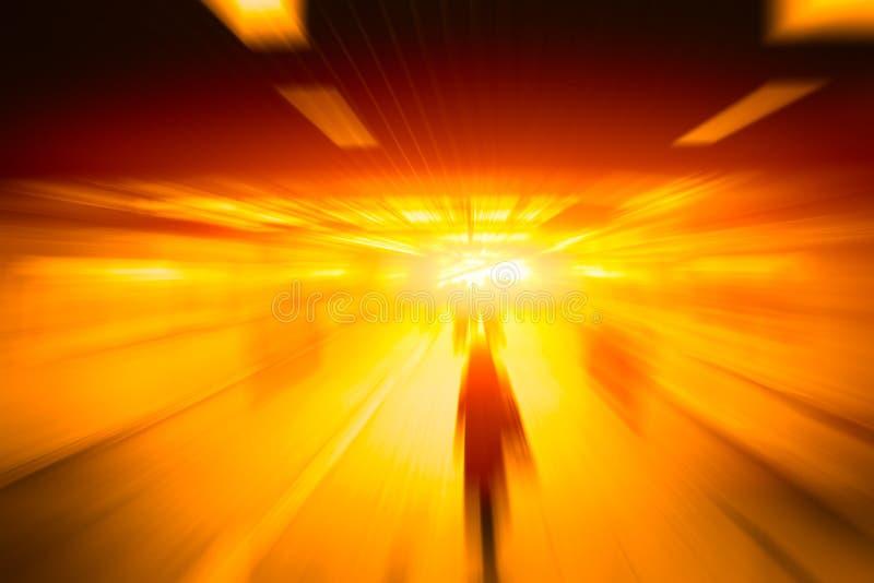 Unschärfe-Hochgeschwindigkeitsgeschäftsleute gehen vorwärts schnell stockfoto