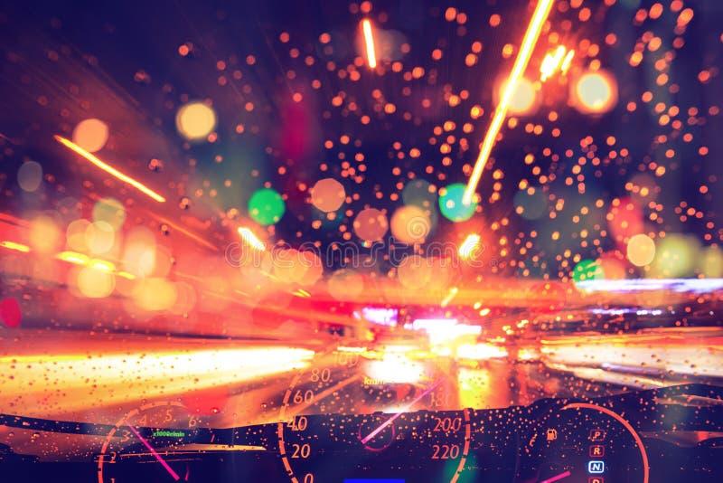 Unschärfebewegungsnachtautofahrenhohe geschwindigkeit, die auf Landstraßenstraße regnet lizenzfreie stockfotografie