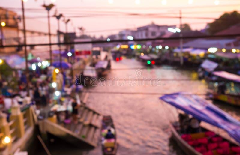 Unschärfebild des sich hin- und herbewegenden Markthintergrundes nachts in Amphawa, Samut Songkhram, Thailand stockbild