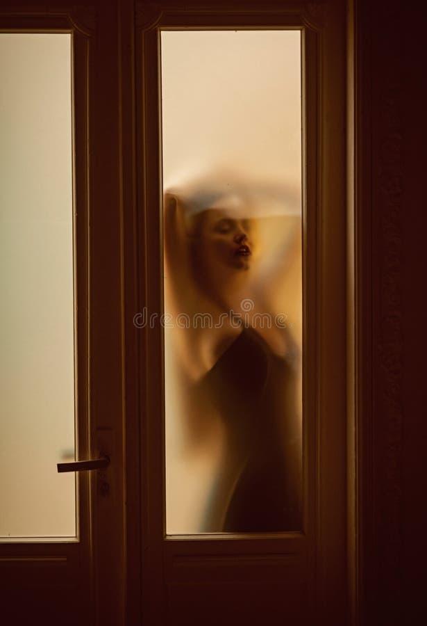 Unschärfefrauenschattenbild in der mysteriösen Stimmung Schätzen Sie meine Stimmung heute stockfoto