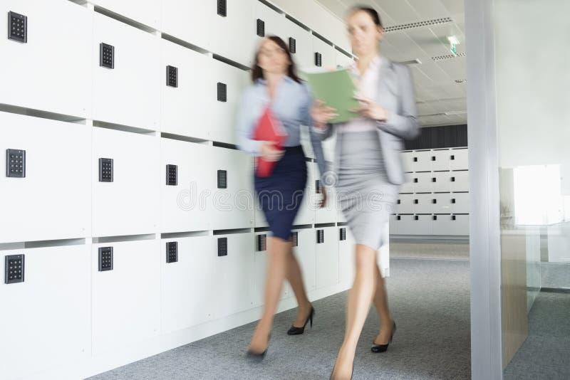 Unscharfe Ansicht von den Geschäftsfrauen, die in Büro gehen lizenzfreie stockfotos