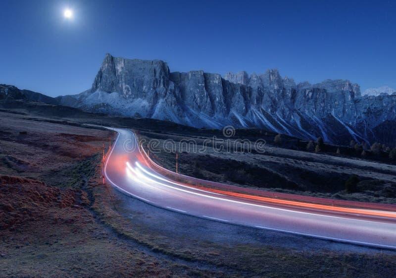 Unscharfe Autoscheinwerfer auf kurvenreicher Stra?e nachts stockbild
