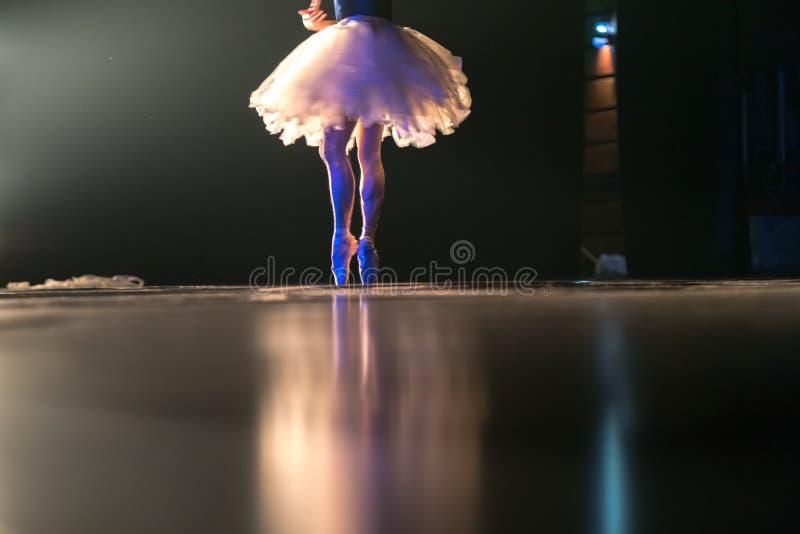 Unscharfe Beine des Balletttänzers auf Stadium im Theater lizenzfreie stockfotografie