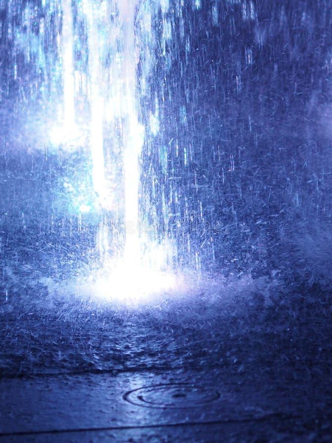Unscharfe Bewegung des blauen Lichtes des Brunnens Farbfür abstrakten Effekt des Hintergrundes stockfotografie