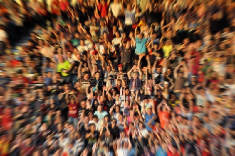 Unscharfe, defocused Menge von Zuschauern auf einer Stadionstribüne lizenzfreie stockfotos