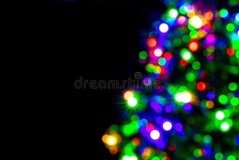 Unscharfe Dekoration des Weihnachtsbaums auf dunklem Hintergrund stockbilder