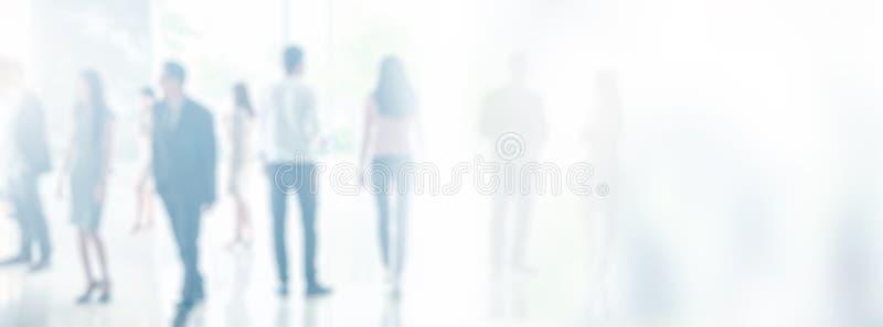 Unscharfe Geschäftsleute im Büroinnenraum mit Raum für Hintergrund oder Fahnendesign stockfotografie