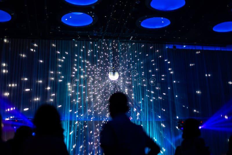 Unscharfe Konzeptnachtszene im Konzertzeichner mit silhoette Publikum stockfotos