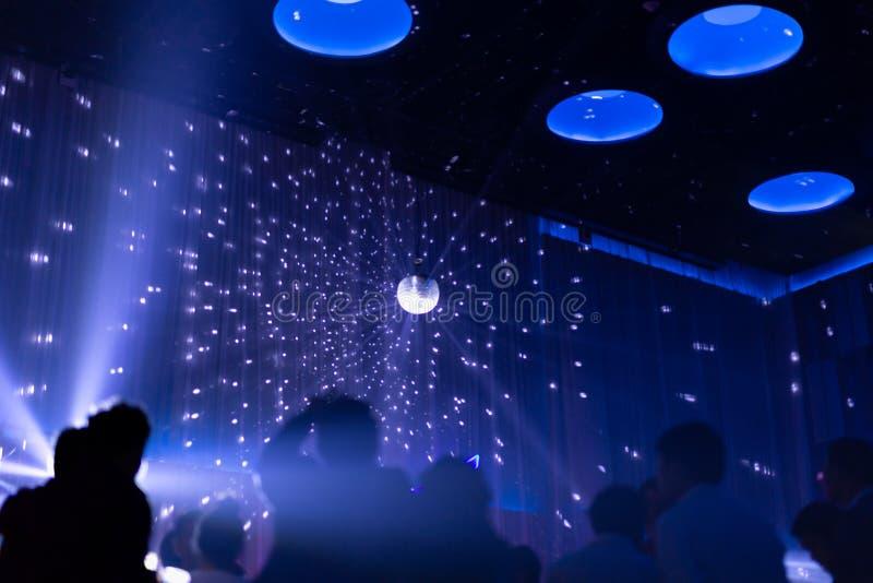 Unscharfe Konzeptnachtszene im Konzertzeichner mit silhoette Publikum stockbilder