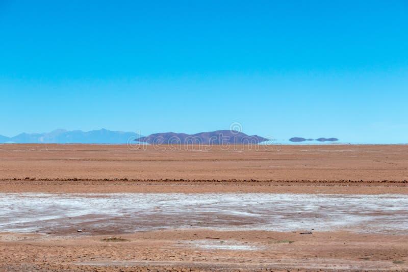 Unscharfe Landschaft der bolivianischen Wüste am sonnigen Tag mit blauem Himmel Eduardo Avaroa Park, Bolivien stockfotografie