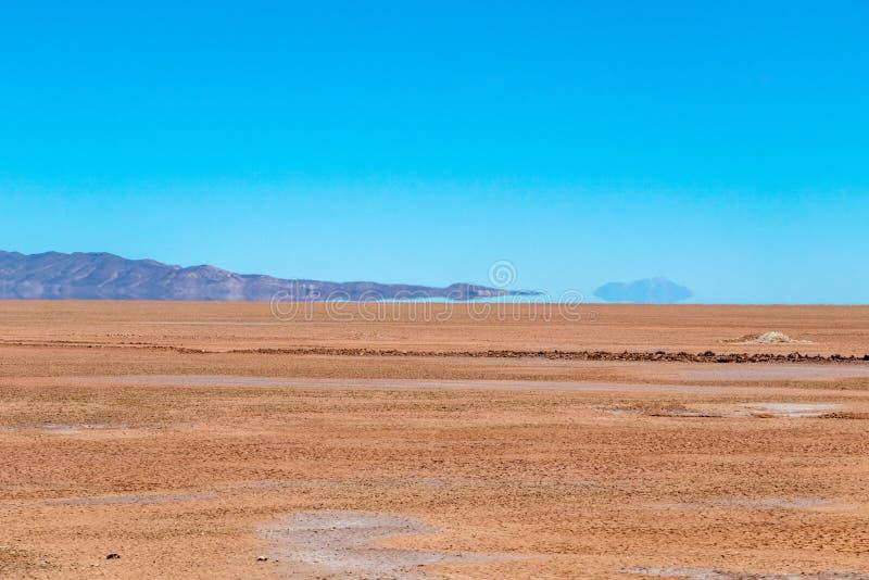 Unscharfe Landschaft der bolivianischen Wüste am sonnigen Tag mit blauem Himmel Eduardo Avaroa Park, Bolivien lizenzfreie stockbilder