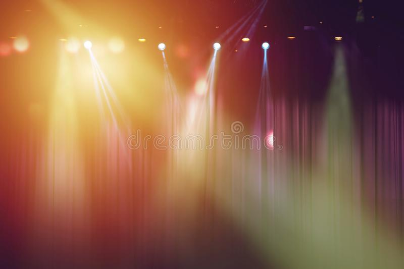 Unscharfe Lichter auf Stadium und rotem Vorhangtheater stockfotos