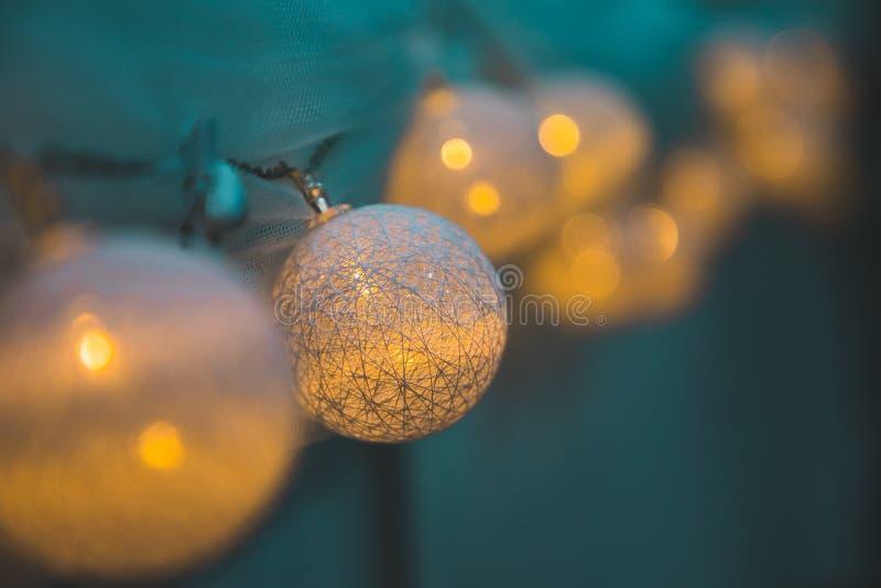 Unscharfe Perspektive der gelben Lichter der Dekoration lizenzfreies stockbild