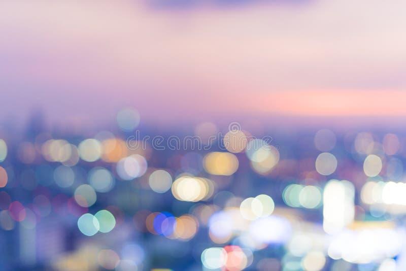 Unscharfe Szene der Stadtansicht in der Nacht stockbilder