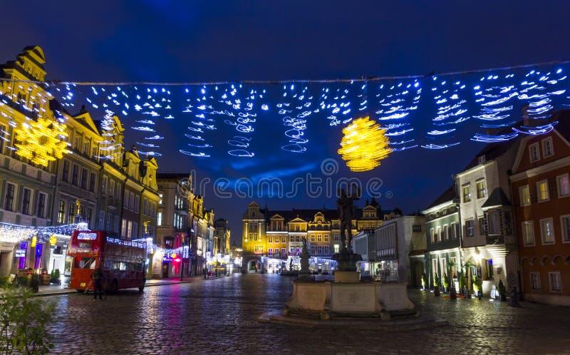Unscharfe Weihnachtsdekorationen im alten Stadtplatz, Posen, Polen stockbild