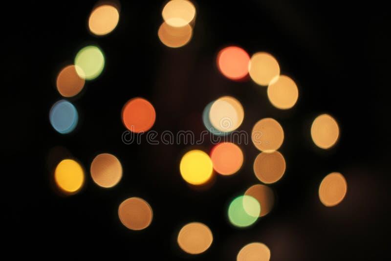 Unscharfer defocused Weihnachtslicht-Lichter bokeh Hintergrund Buntes rotes gelbes Blaugründe fokussierte funkelndes Muster stockfotografie