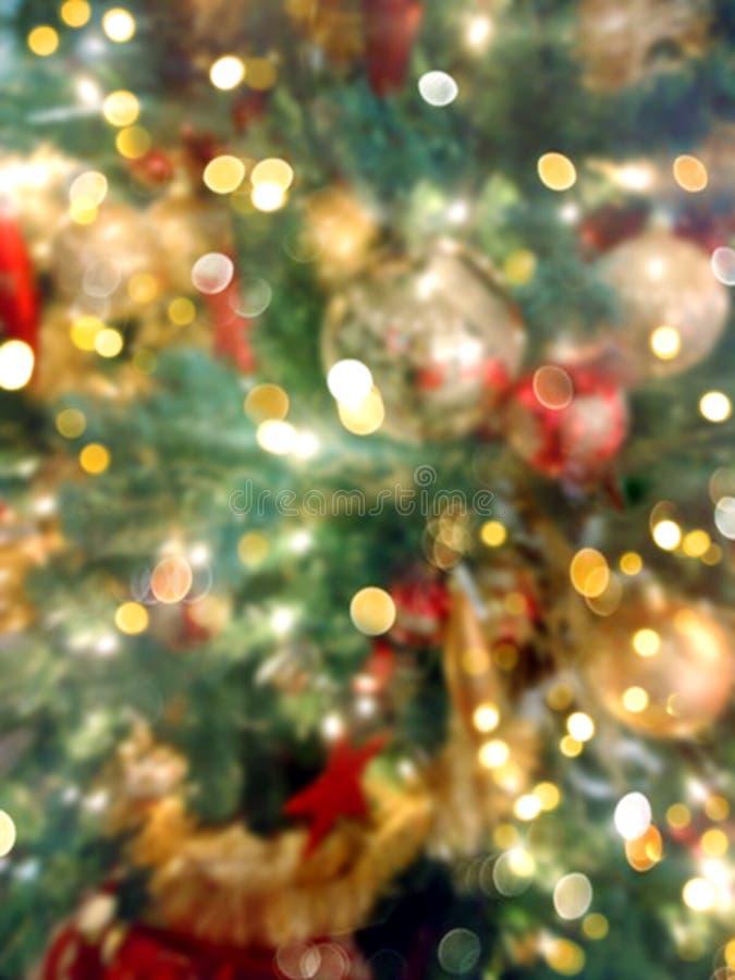 Unscharfer festlicher heller bunter neues Jahr-Weihnachtshintergrund Verzierter natürlicher grüner Tannenbaum mit dem roten golde lizenzfreies stockfoto