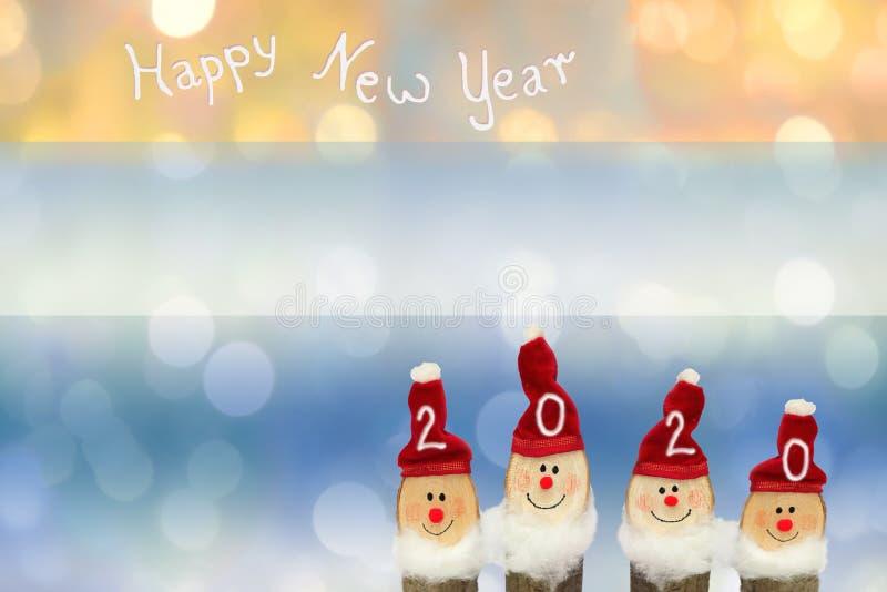 Unscharfer Hintergrund der Weihnachtslichter, vier lächelnde Santa-Klausel, glücklicher Neujahrstext und Kopierraum stockbilder