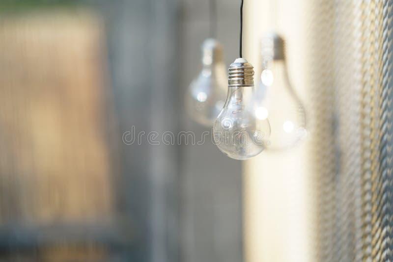 Unscharfer Hintergrund mit drei Glühlampen stockfotografie