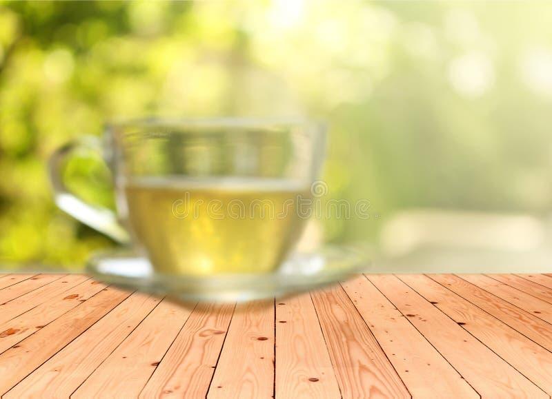 Unscharfer Hintergrund: Tasse Tee auf einem unscharfen Hintergrund lizenzfreie stockbilder