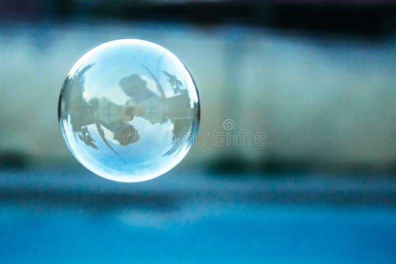 Unscharfer natürlicher Hintergrund mit Seifenblase lizenzfreie stockbilder