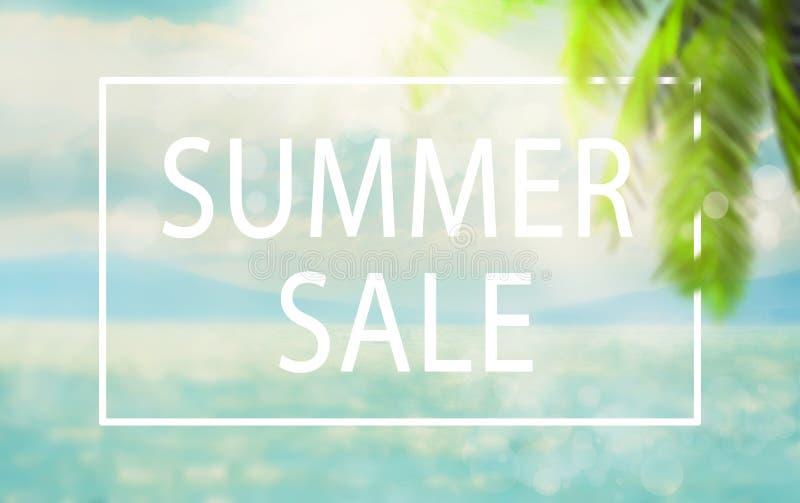 Unscharfer natürlicher tropischer blauer Marinehintergrund des Sommers mit Palmblättern und Sonnenstrahlen des Lichtes Sommerschl lizenzfreie stockfotografie