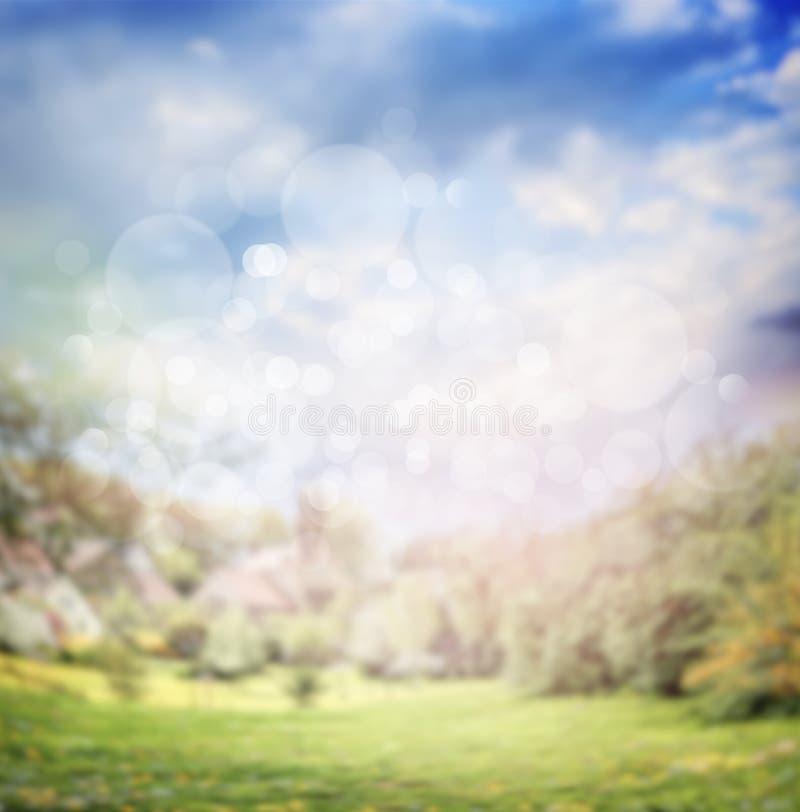 Unscharfer Sommer- oder Frühlingsnaturhintergrund im Garten oder im Park stockbild