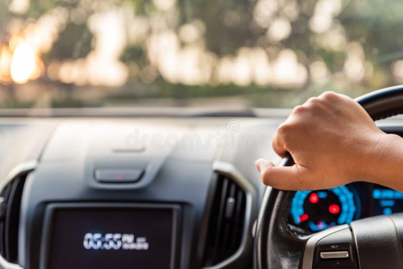 Unscharfer und Weichzeichnungsfahrer übergibt das Halten des Lenkrads lizenzfreie stockbilder