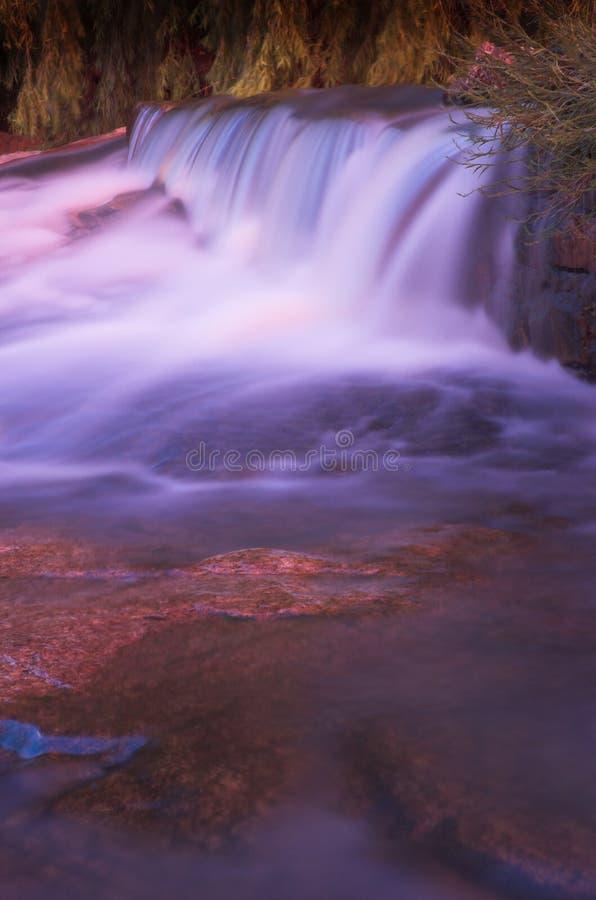 Unscharfer Wasserfall stockfotos