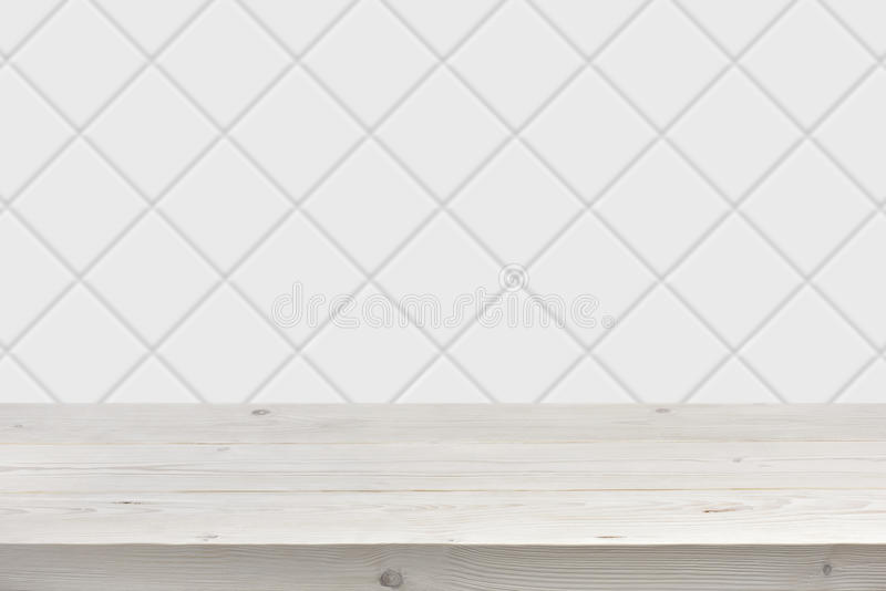 Unscharfer weißer Fliesenwandhintergrund mit hölzernen Planken in der Front stockfotografie