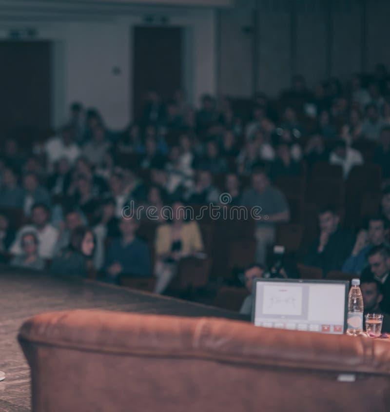 Unscharfes Bild des Konferenzsaales vor der Anweisung lizenzfreie stockfotografie