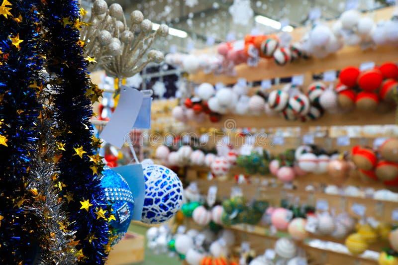 Unscharfes Bild von Weihnachts- und des neuen Jahresdekorationen im Speicher, defocused Hintergrund des Marktes im Winter lizenzfreie stockfotos