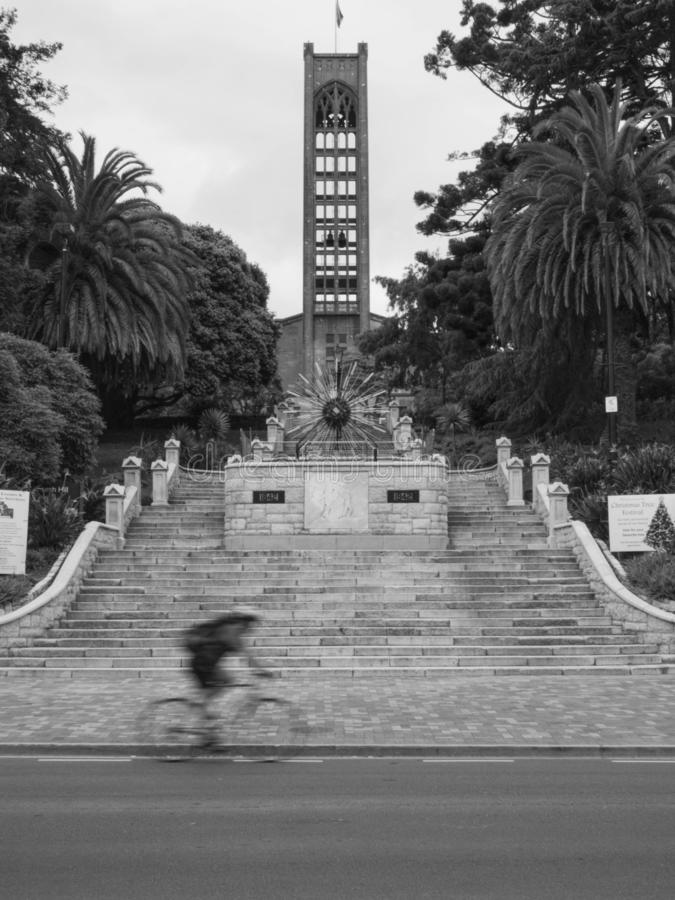 Unscharfes Fahrrad vor Treppe und Kirche in Mittel-Nelson, Neuseeland lizenzfreie stockfotos